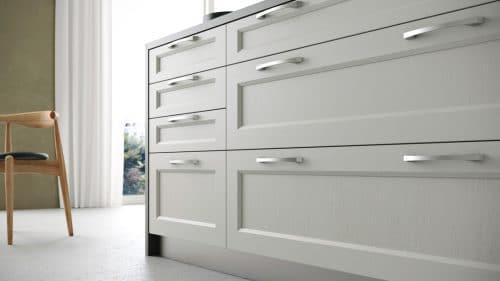 Detalle puerta con moldura en una cocina clásica