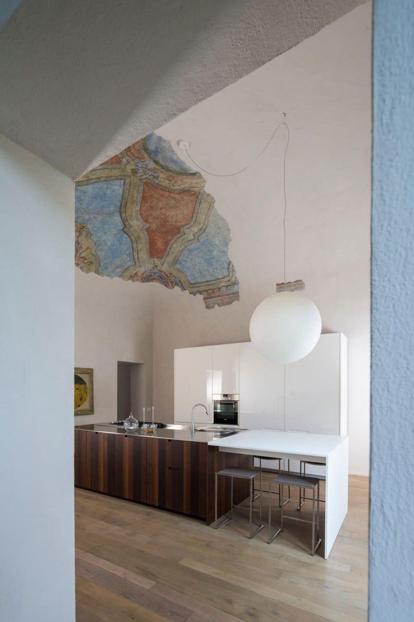 Vista de cocina y del fresco restaurado