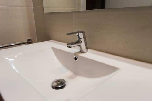 Detalle lavabo encimera y grifo