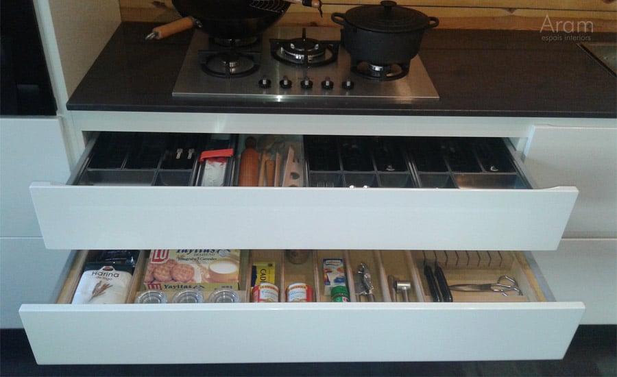 Interiores cajones exposición muebles de cocina